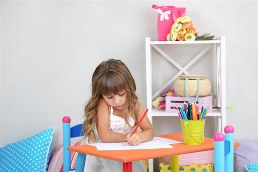 Όλοι οι γονείς αναγνωρίζουν πόσο σημαντικό είναι να έχουν τα παιδιά τους αυτοεκτίμηση και να πιστεύουν στο εαυτό τους και τις ικανότητες τους. Ωστόσο πολλές φορές άθελα τους κάνουν ορισμένα λάθη που έχουν ακριβώς το αντίθετο αποτέλεσμα. Ας δούμε τα πιο συνηθισμένα από αυτά: Τα επιβραβεύουν υπερβολικά Η αυτοεκτίμηση είναι κάτι που πηγάζει από …