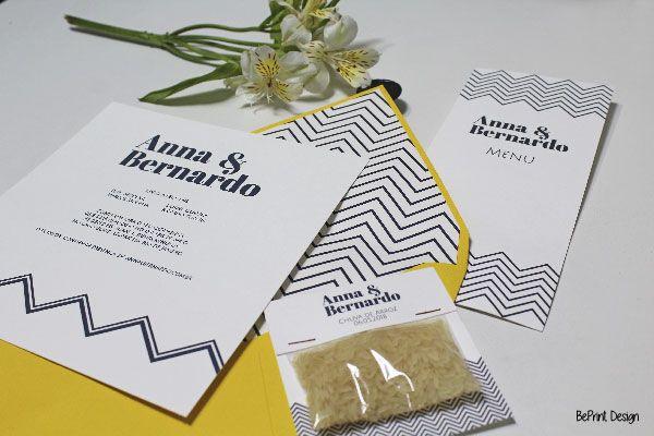 Papelaria e convite para casamento amarelo, com formas geométricas listradas em azul, moderno (menu, chuva de arroz)