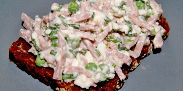 Skøn skinkesalat med hytteost, ærter og purløg, der er utrolig nem at lave og perfekt til en lækker frokost eller i madpakken.