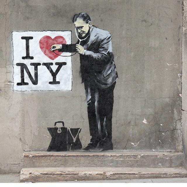 El misterioso artista inglés, Bansky, del cuál se desconoce su identidad, realiza una combinación entre escritura, crítica y concienciación con una técnica muy peculiar que eleva sus obras urbanas …