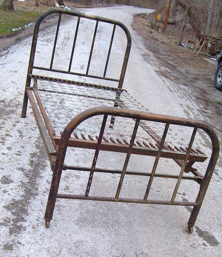 ANTIQUE IRON METAL TWIN BED WITH ORIGINAL SIDE RAILS AND