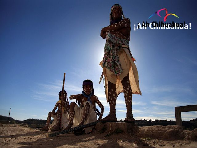 """TURISMO EN CHIHUAHUA. Los Rarámuris habitan en gran parte de la Sierra Madre Occidental, donde el clima es extremoso. Su vestimenta es muy característica, en época de calor los hombres utilizan una especie de taparrabo llamado """"Tagora"""" de manta, el cual sujetan con una faja de lana finamente tejida, calzan sandalias de cuero y el torso desnudo. En el invierno utilizan una camisa también de manta llamada """"Buzón o Napatza"""" o cobijas de lana que ellos mismos fabrican. En su próxima visita a…"""
