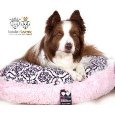 Bessie and Barnie Bagel Bed, Bubble Gum versaille www.juleshondenboetiek.nl Een exclusieve lijn van handgemaakte hondenmanden uit Amerika. Deze Bagel Bedden voor honden zijn zeer zacht, goed gevuld en daardoor een heerlijke comfortabele en luxe lig plek voor elke hond. De Bagel Bedden van Bessie en Barnie staan voor extreem hoge kwaliteit en Design en zijn in tegenstelling tot vele andere hondenmanden of hondenkussens zeer royaal gevuld.