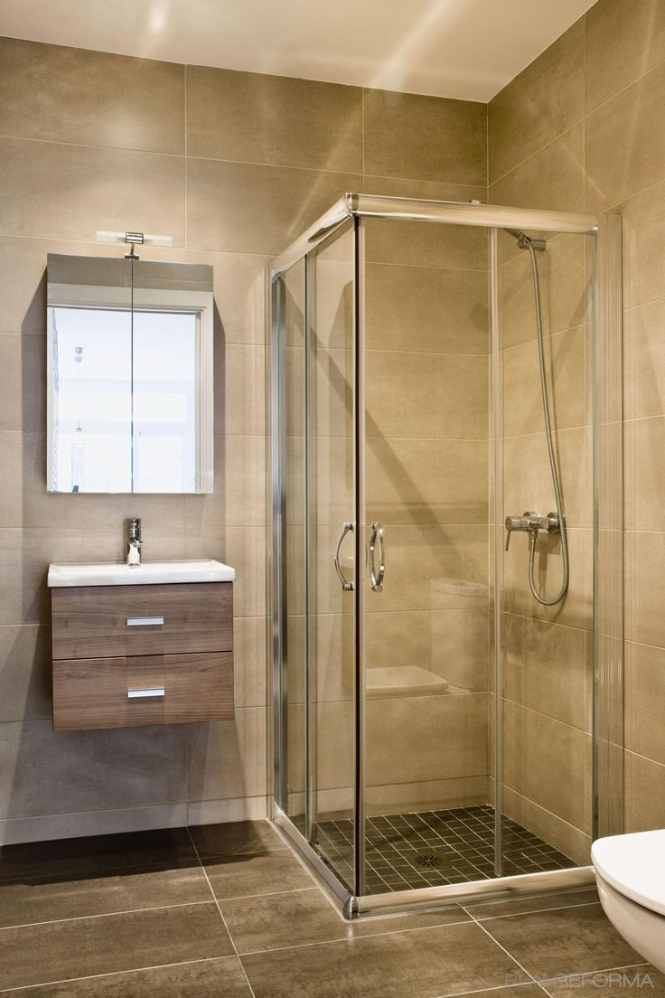 Baño estilo mediterraneo color beige, marron diseñado por Estudi de Arquitectura & Eficiencia Energètica GPA S.L - Arquitecto Técnico