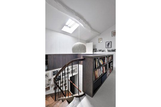 Montée descaliers tapissée de photos et garde-corps bibliothèque ...