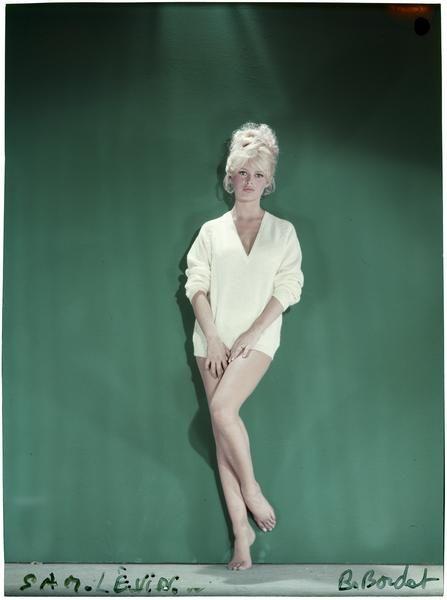 Sam Lévin, Brigitte Bardot les jambes nues, 1959 Positif transparent couleur sur support souple  Donation Sam Lévin, Ministère de la Culture (France) - Médiathèque de l'architecture et du patrimoine - Diffusion RMN