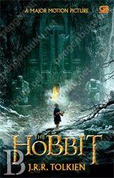 """Bilbo Baggins adalah hobbit yang suka hidup nyaman, tidak ambisius, jarang bepergian jauh selain ke gudang makanan di lubang hobbit-nya di Bag End. Tetapi hidup nyamannya terganggu ketika Gandalf si Penyihir, dan 13 kurcaci mendatanginya suatu hari, untuk mengajaknya menempuh perjalanan """"pergi dan kembali"""". Mereka berencana mengambil harta Smaug, naga raksasa yang sangat berbahaya..."""
