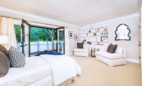 Prestes a dar à luz, Mila Kunis embolsa 8 milhões de reais na venda de antiga mansão - ZAP em Casa