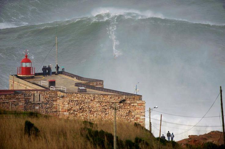Nuevo récord de mayor ola surfeada, en Nazaré, Portugal