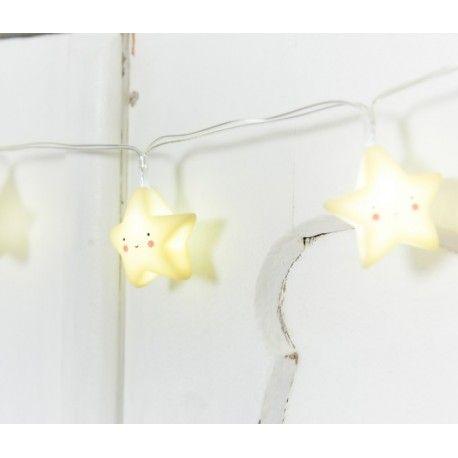 Guirnalda de estrellas amarillas luminosas La podrás colocar dónde tu quieras ya que funcionan a pilas.