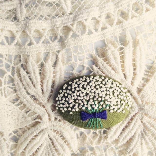 sold【展示品】シックなカスミソウの花束 刺繍ブローチピン