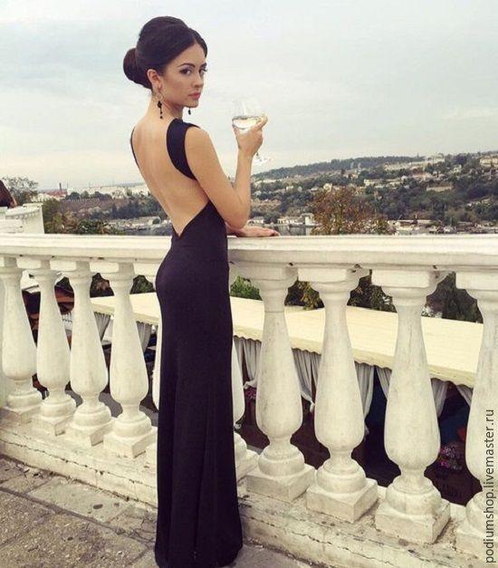 Длинное черное платье с открытой спиной и длинными рукавами