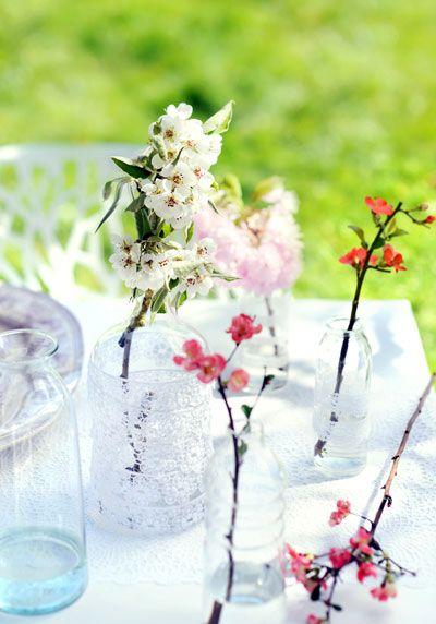 bloesem in met kant versierde vaasjes #Blossom #lace #bottles
