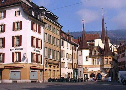 La place du Marché et la Maison des Halles à Neuchâtel, Suisse / Switzerland. Source: http://www.coucoulasuisse.com/zone-pietonne-neuchatel.html