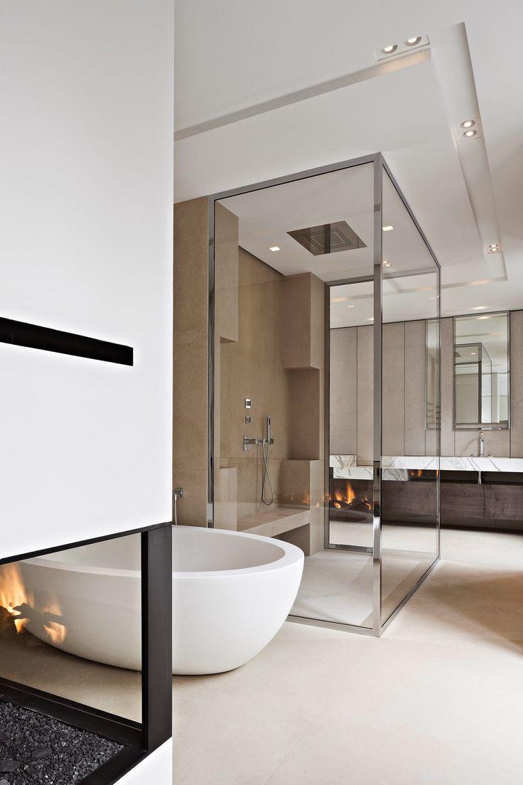 Une grande salle de bains avec une belle baignoire ilot et une grande douche à l'italienne