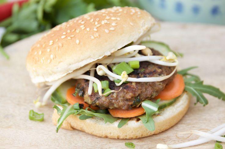 <p>Wil je een hamburger eens op een andere wijze bereiden? Probeer dan eens een <strong>hamburger Asian style</strong>. Een heerlijke Oosterse variant van een klassieke hamburger zoals jij hem kent. Voor wie dacht dat de Aziatische keuken enkel gerechten met rijst en dergelijke kent.. je zit er naast! Op AsianFoodLovers.nl vind je recepten voor de lekkerste gerechten uit de Aziatische keuken. De Aziatische keuken biedt een breed scala aan smaakbelevingen. Je kan op veel manieren varieren…