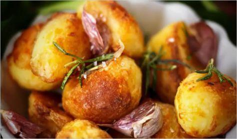 Esta es una receta de Jamie Oliver, y créanme salen espectaculares, crocantes por fuera y cremosas por dentro. Hervir las papas en agua con sal durante 10 minutos. Colarlas y moverlas un poco en el...