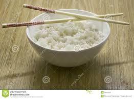 25 - En una comida china, cada comensal tiene su propio cuenco de arroz y los platos se sirven con carácter comunal a una mesa en un cuenco o bandeja, esta forma es conocida en algunas cocinas occidentales como