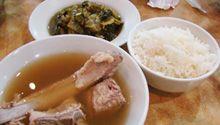 バクテー 肉骨茶(Bak Kut Teh) シンガポールで唯一その場で追加注文してしまったバクテー。シンガポール人もバクテーは一押しです! 骨付きの豚のリブを漢方のハーブとスパイシーな胡椒で煮込んだ味は、絶妙なバランスです。