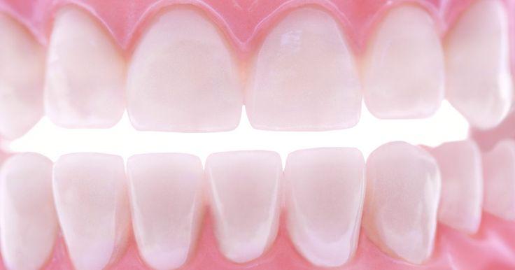 Que tipos de limpeza um dentista pode fazer?. É de conhecimento comum que a escovação de dentes pelo menos duas vezes por dia, usar fio dental pelo menos uma vez por dia e usar um enxaguatório bucal anti-séptico diariamente podem ajudar a manter dentes e a gengiva saudáveis. Também é muito importante realizar limpezas regulares no consultório de um dentista para limpar áreas que uma escova de ...