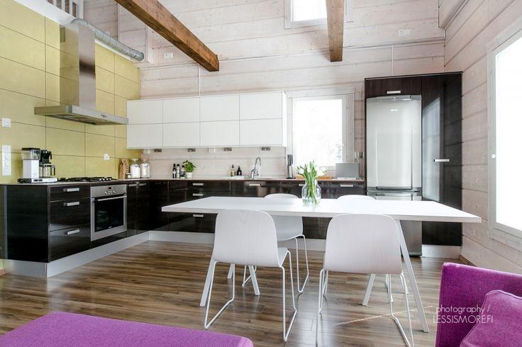 Värit ja selkeät linjat luovat raikkaan ja modernin kokonaisuuden korkeaan ja avaraan keittiötilaan. #puuvaja