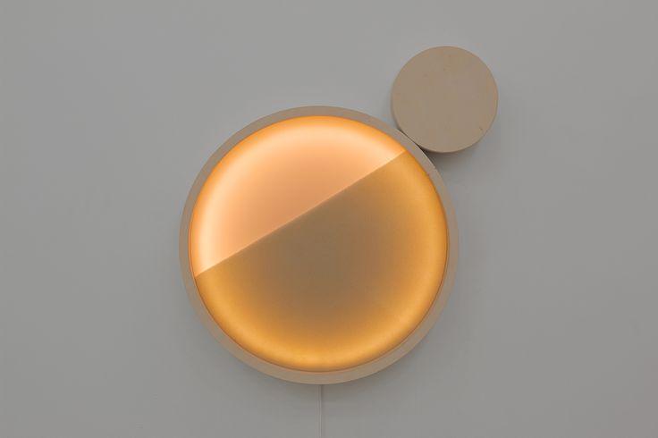 KOLO - cylindryczne obiekty świetlne zmieniające natężenie światła pod wpływem dotyku. Powstały we współpracy z architektem Piotrem Musiałowskim. KOLO Sand i KOLO Magnet poprzez sensoryczną zabawę z obiektem umożliwiają dostosowanie intensywności światła do potrzeb i nastroju użytkownika. www.panijurek.pl