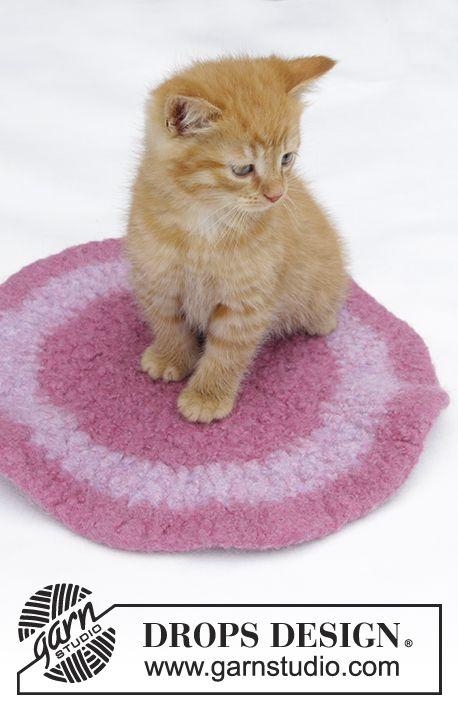 Time to Nap / DROPS Extra 0-1380 - Plstěný koberec pro kočku háčkovaný z příze DROPS Eskimo.
