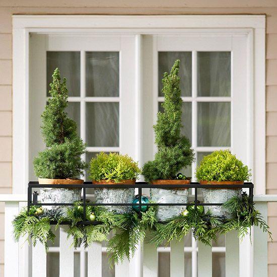 weihnachten außendekoration  Tannengrün, glänzende Ballanhänger