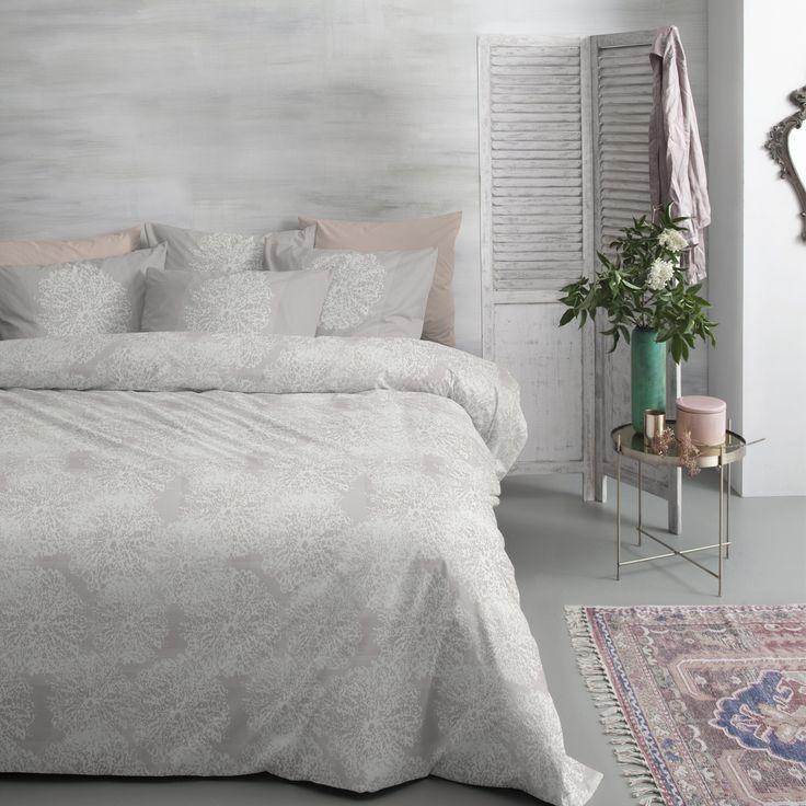 Het dekbedovertrek Ava van Cinderella is een tijdloos dessin door het naturelle kleurgebruik en subtiel patroon van witte silhouetten. #cinderella #ava #duvet #cover #dekbedovertrek #bedroom #slaapkamer #neutral #romantic #vintage #glamour #chique