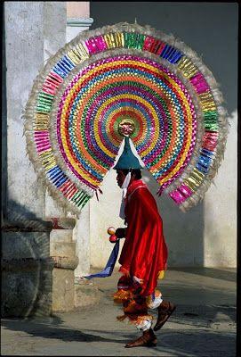 Vestimenta de los integrantes de la danza de los quetzales.Puebla