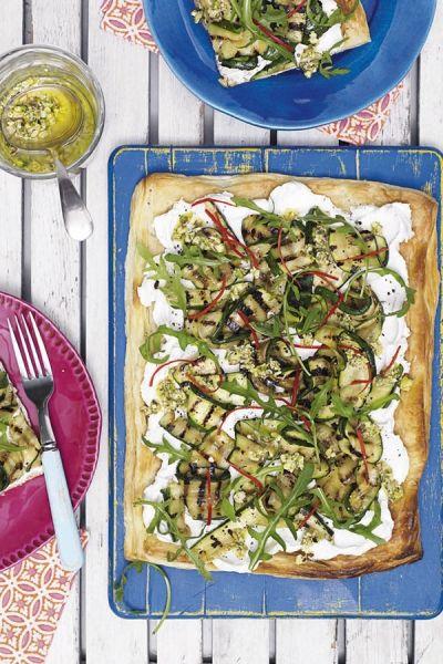 Recept Courgette-geitenkaastaart met pistachedressing | ELLE Eten