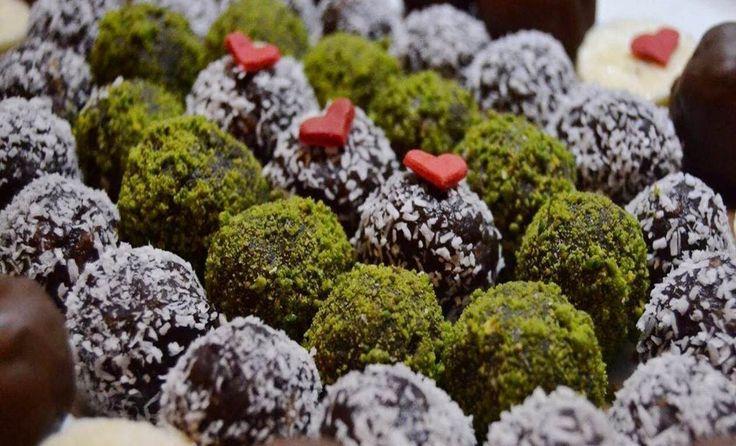 Süslü Çikolatalı Toplar Tarifi Malzemeleri; 1 paket krema 160 gr bitter çikolata 5-6 dilim kek Yarım su bardağı iri kıyılmış ceviz Çikolatalı Topların üzerini süslemek İçin; Dövülmüş ceviz Toz Antep fıstığı Süslü Çikolatalı Toplar Nasıl Yapılır Çikolatalı Toplar Tarifi hem çocukları hem de büyükleri heyecanlandıracak bir tarifimiz. Bu tarifimizi yapmak için 1 paket kremayı küçük bir tencereye alıp ocakta kaynama seviyesine gelinceye kadar başından ayrılmadan karıştırmaya devam edelim…