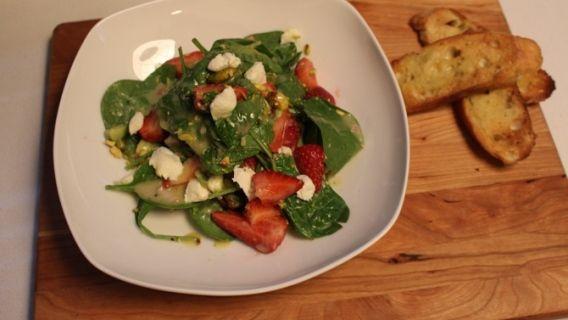 Salade d'épinards, fraises et fromage de chèvre