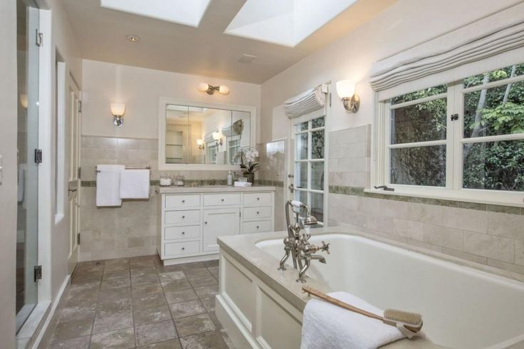 De badkamer met kingsize bad - Kijk binnen bij Katharine Hepburns indrukwekkende eerste huis in Hollywood