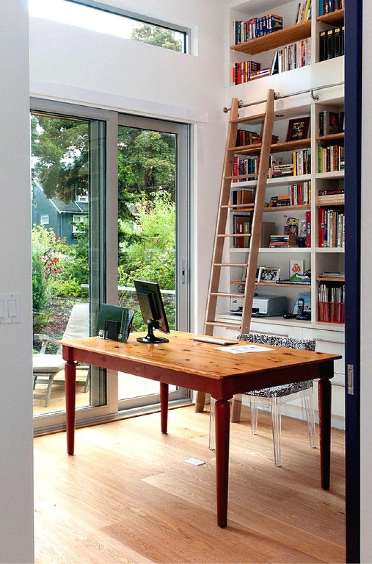 Самый очевидный вариант для использования приставной лестницы — это, конечно же, кабинет или домашняя библиотека. Особенно, если вы действительно любите читать, а полки с книгами уходят под самый потолок.