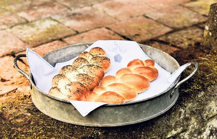 Our weekly column shows you the way to beautiful bread and consummate cake.   This week: milk bread plait