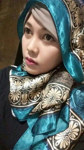 Scarf / hijab, kalo bosan dengan motif jilbab atau hijan di toko sekarang saat nya melirik jlade silk scarf untuk gaya hijab / jilbab / tudung / kerudung mu yang trendi. Minta kontak bbm 549D6FE0. Hijab of the day. Hijab street style. Scarf. Scarves. Jilbab trendi. Hijab unik. Hijabers. Hijab out fit.