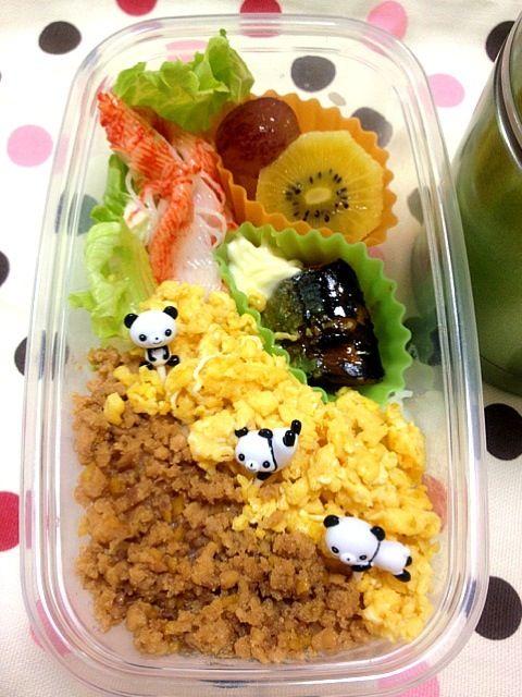 angie74 さんの鶏そぼろ、秋刀魚の甘露煮を見て食べたくなり、レシピを紹介していただきました。 - 55件のもぐもぐ - 小6男子塾弁当    (夕食)                      秋刀魚の甘露煮、しっとり鶏そぼろ、レタスとカニカマ、フルーツ、ほうれん草のみそ汁。 by Takayuki
