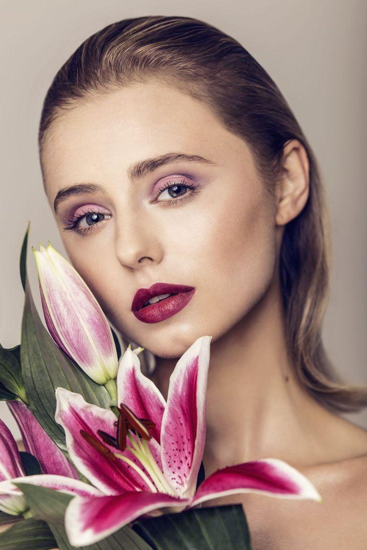 SUMMER LOOK Wiosną i latem nasze przyjęcia często przenoszą się do ogrodów. Zwiewne, letnie sukienki, rześkie koktajle, długie, ciepłe wieczory. A do tego - pełen koloru, niezbyt mocny, a jednak wyrazisty makijaż. Oto propozycja makijażu na takie okazje: http://zuii.naturativ.pl/blog/a-makijaz-koktailowy/