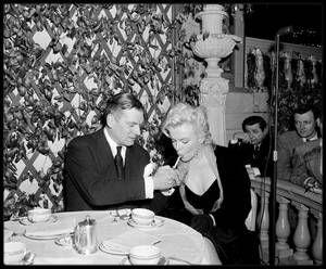 """9 Février 1956 / Photos Earl LEAF et Eve ARNOLD / C'est à midi, que se tint dans la Terrace room du """"Plaza Hotel"""", une conférence de presse pour annoncer, avec Marilyn et Laurence OLIVIER, Terence RATTIGAN et Milton GREENE, leur production de """"The Prince and the showgirl"""". Les deux acteurs se congratulèrent mutuellement devant plus de 150 journalistes et photographes. Il s'agissait d'un événement majeur qui allait réunir un grand tragédien anglais et le plus grand sex-symbol de l'Amérique…"""