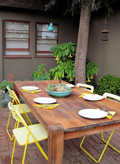 Love the bright metal chairs combined with the wooden table.