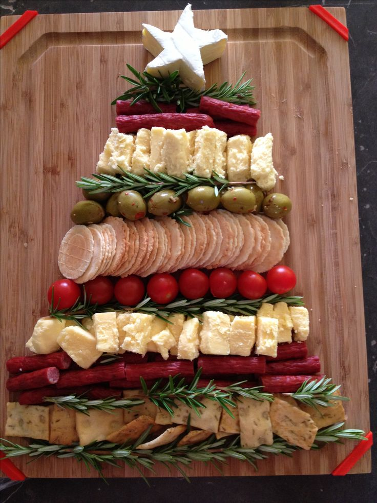 tabla de quesos Christmas tree with Brie cheese star.