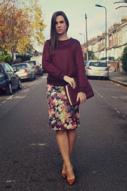 Autumn burgundy outfit with sweatshirt and flower print pencil skirt