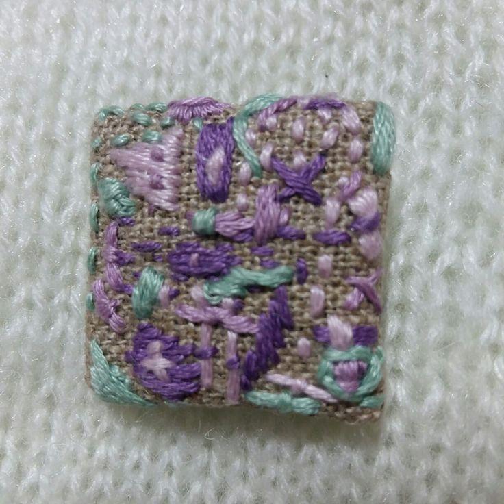 Сиренево бирюзовая вышивка на льняной броши