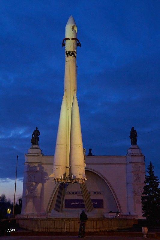из альбома Москва-СВАО 2013-11-02  Ракета-носитель Восток. Восток  3-ступенчатая ракета-носитель для запуска космических кораблей; на всех ступенях используется жидкое топливо. С помощью РН Восток были подняты на орбиту все космические аппараты серии Восток КА Луна-1  Луна-3 некоторые искусственные спутники Земли серии Космос Метеор и Электрон. Первый запуск состоялся 21 августа 1957. Запуск ракеты-носителя с первым искусственным спутником состоялся 4 октября 1957. Ракета и тележка настоящие…