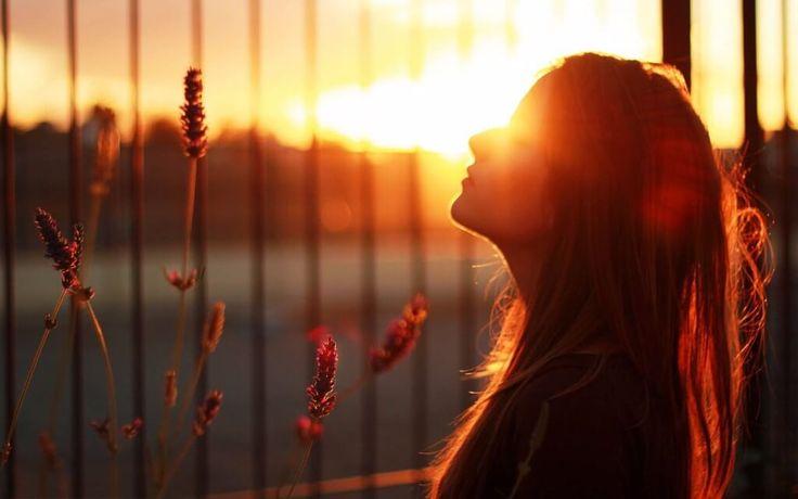 Pensar y preocuparse siempre por el futuro es otro de los hábitos que te hacen infeliz. Mientras te preocupas por lo qué sucederá mañana, te pierdes el hoy