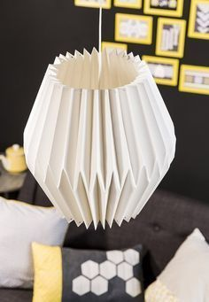 """Créer un abat-jour en papier esprit """"origami"""" pour donner à votre intérieur une ambiance tendance Géométric! C'est à vous !  Matériel nécessaire : Feuille MiTeintes 50x65cm 160g blanc Nylon non élastique 0_25mmx10m Colle vinylique 250ml Couteau de précision Ecolutions Evolution 650 HB 3 Mini gommes..."""