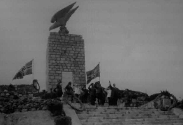 Οι βετεράνοι ναζί που αιματοκύλισαν τη Κρήτη έχουν το θράσον να ζητούν να στηθεί ξανά το γερμανικό αετό σύμβολο στο Μάλεμε!