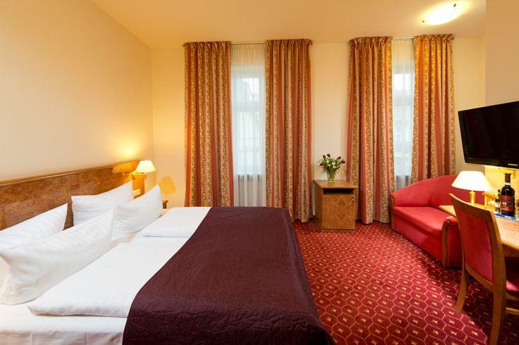 Unsere Komfort Zimmer (20 m²) liegen im ruihigen Innennof und sind mit Flachbild-TV, Schreibtisch, Safe, Telefon, DU/WC, Haarfön und Kosmetikspiegel ausgestattet.