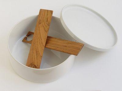 Couverts à salade moyens ADONDE. Design simple, géométrique, plat. Vert des bois durables en France. Fabrication locale artisanale à la main, traité naturellement à l'huile végétale.